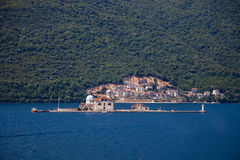 Ö av kusten av Perast Arkivbild