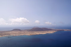 Ö av La Graciosa som ses från Lanzarote Royaltyfria Foton