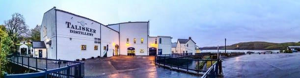 Ö av Skye, Skottland - Oktober 10 2018: Den Talisker spritfabriken är en baserad för maltskotsk whisky för ön enkel spritfabrik royaltyfri foto
