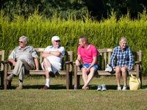 Ö AV TAGGAR, SUSSEX/UK - SEPTEMBER 11: Åskådare på en gräsmatta Royaltyfri Bild