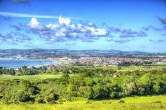 Ö av Wightkustsikten in mot Shanklin och Sandown från Culver ner i livliga och ljusa HDR arkivbild