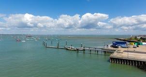 Ö för Cowes hamnbrygga av wighten med blå himmel Arkivfoton