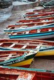 Ö för SANTO ANTAO, KAP VERDE - December 23, 2017: Traditionella livliga kulöra fiskebåtar i hamnen Ponta gör solenoid royaltyfria bilder