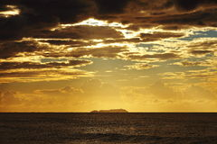 Ö i solljus vid gryning Royaltyfri Foto