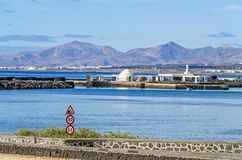 Ö Islote de Fermina och volcanoes av Lanzarote royaltyfri bild