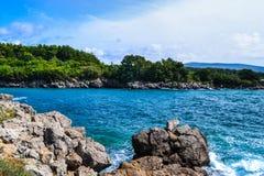 Ö Krk, Kroatien, havet, stenig kust, berg och vegetat Royaltyfri Fotografi