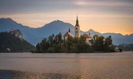Ö med kyrkan i den blödde sjön, Slovenien på soluppgång Royaltyfria Bilder