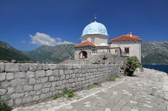 Ö med kyrkan i den Boko-Kotor fjärden, Montenegro Royaltyfri Fotografi