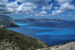 Ö med trevliga moln och sjösidan Arkivfoton