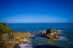 Ö nära udde Foulwind, sikt från udden Foulwind, Tauranga fjärd New Zealand Royaltyfri Foto