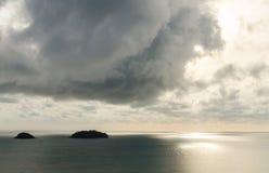Ö och berg med molnig och solnedgångtid på det Trad landskapet Arkivbilder