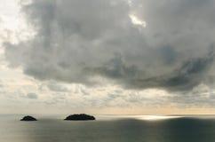 Ö och berg med molnig och solnedgångtid på det Trad landskapet Royaltyfria Foton