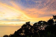Ö och berg med skymninghimmel- och solnedgångtid på Trad pr Royaltyfria Bilder