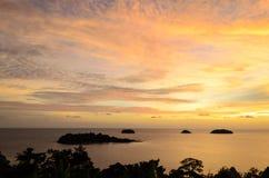 Ö och berg med skymninghimmel- och solnedgångtid på Trad pr Royaltyfria Foton