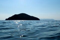 Ö och upplyst hav Arkivfoto