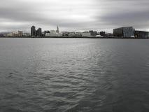 Ö - Reykjavik - horisont Arkivfoton