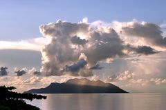 ö tropisk tänd solnedgång Royaltyfria Foton
