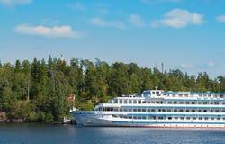 Ö Valaam, Ryssland - September 6, 2017: Vita kryssningskepp är i fjärden av ön av Valaam Nicholas Bay i Valaam R Royaltyfri Fotografi