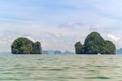 Öar av den Phang Nga nationalparken i Thailand Fotografering för Bildbyråer
