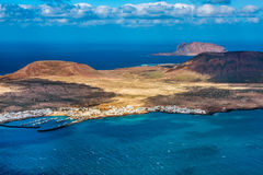 Öar av La Graciosa och Montana Clara av den nordliga kusten av Lanzarote Royaltyfri Bild