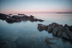 Öar av stenar Stenig kust av havet på gryning Royaltyfri Fotografi