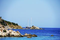 Öar, det blåa havet och blått turnerar att segla för fartyg Royaltyfri Foto