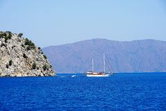 Öar, det blåa havet och blått turnerar att segla för fartyg Royaltyfri Fotografi