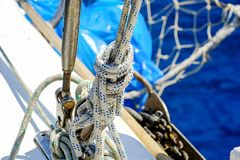Öar, det blåa havet och blått turnerar att segla för fartyg Royaltyfria Bilder
