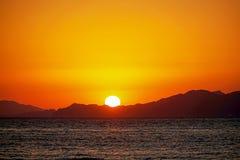 Öar, det blåa havet och blått turnerar fartyg som seglar, solnedgång Fotografering för Bildbyråer
