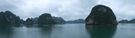 Öar i den Halong fjärden, panorama Arkivbild