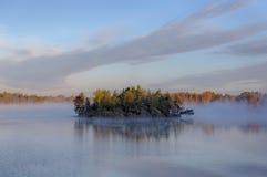 Öar i dimman Fotografering för Bildbyråer