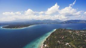 Öar med härliga korallbildande för perfekt snorkla och dyka fritidsaktivitet Royaltyfri Foto