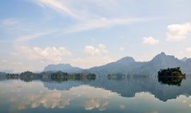 Öar och berg i sjön Royaltyfria Bilder