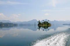 Öar och berg i sjön Arkivfoton