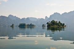Öar och berg i sjön Arkivbild