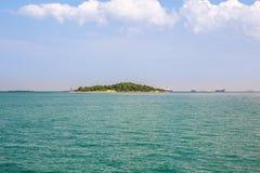 Öde öblått Paradise tropisk ö Förbluffa strandbakgrund för sommarlopp och semesterbegreppsdesign royaltyfri bild