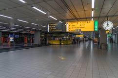 Öde ankomster som är hal på den Schiphol flygplatsen Fotografering för Bildbyråer