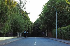 Öde asfaltväg med vägteckning Fotografering för Bildbyråer