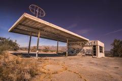 Öde bensinstation på gränsen av Arizona och Kalifornien, Arkivbild