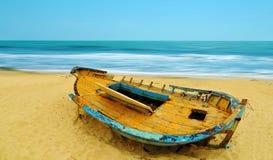 Öde fartyg på en strand arkivbilder