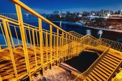 Öde fot- bro på natten i belysningen av droppen för gatalampor Royaltyfri Fotografi