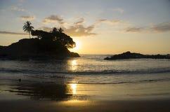 Öde fridsam strand på solnedgången Royaltyfri Foto