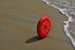 Öde: Frisbee i handling - nå vågorna arkivbild