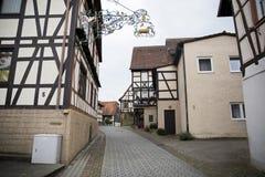 Öde gata av den provinsiella tyska staden med gamla hus Arkivbilder