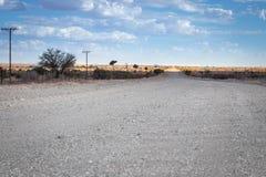 Öde grusväg i karooen/Kalaharien arkivbilder