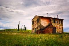 Öde hus i Tuscany Arkivfoton