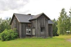 Öde hus vid grusvägen Royaltyfri Bild