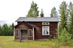 Öde hus vid grusvägen Arkivbild