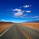 Öde huvudväg för rutt 190 i Death Valley Kalifornien Arkivbilder