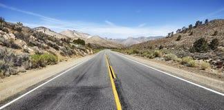 Öde huvudväg i Deathet Valley, USA Fotografering för Bildbyråer
